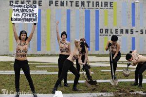Manifestation des Femen pour Jacqueline Sauvage devant la prison de Saran